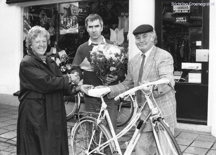 Nico Haak reikt jubileumprijs Arnold van Eijden tweewielers uit