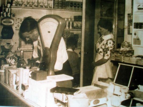Peter Constantius Veldhuizen in zijn kruidenierswinkeltje