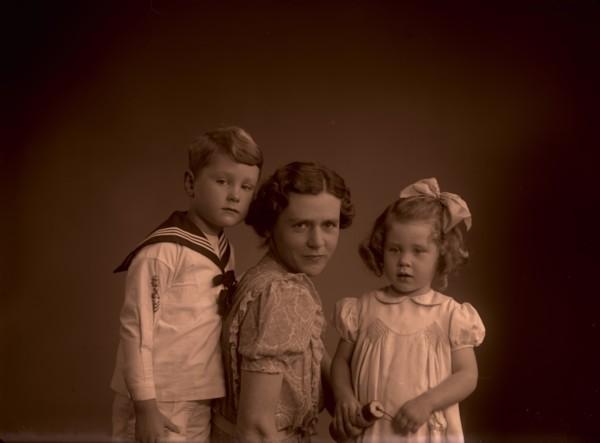 Johanna Adriana Wilhelmina Maria van Reenen met twee kinderen Bijleveld