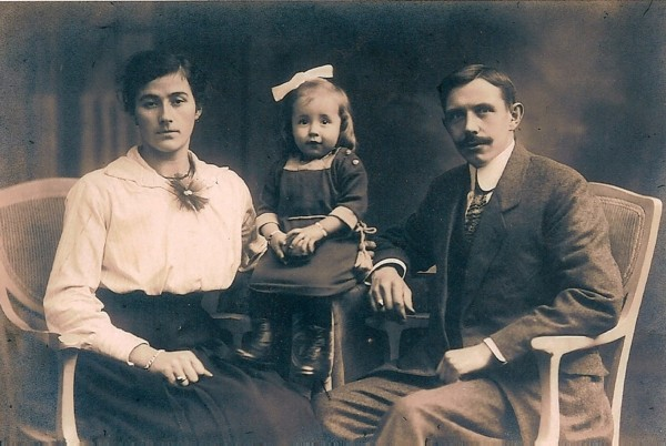 Foto  Aartje Lammertse en Gijsbertus Adriaan Glasius met hun dochter Jaantje Glasius