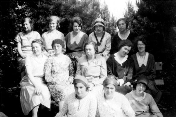 Foto  Meisjesvereniging van de Chr. Ger. Kerk Nassaulaan