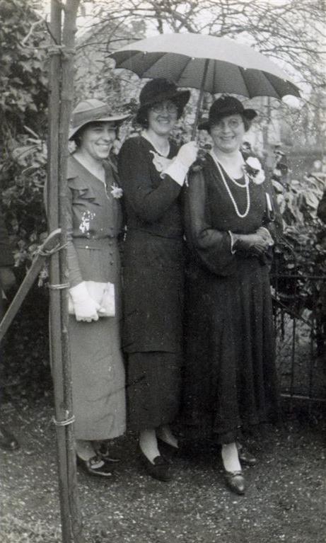 Jannetje Roos (midden) met vriendinnen.