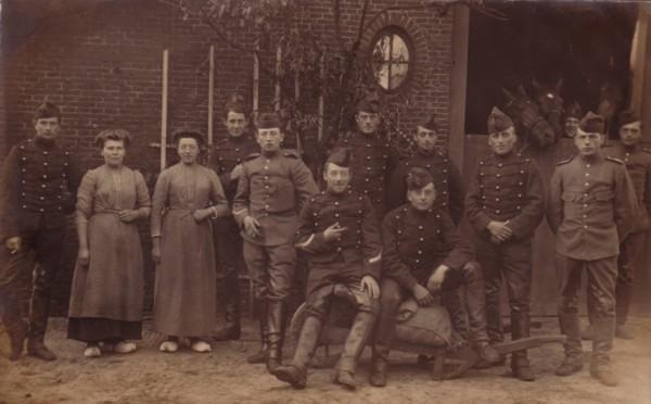 Groep militairen en Johanna Maria Koelen