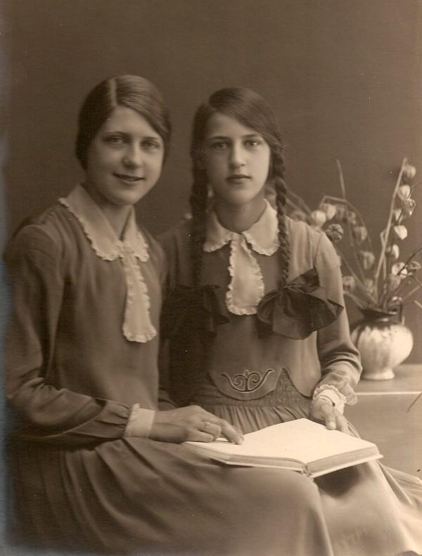 Foto  Cornelia Roothart en Hendrika Roothart