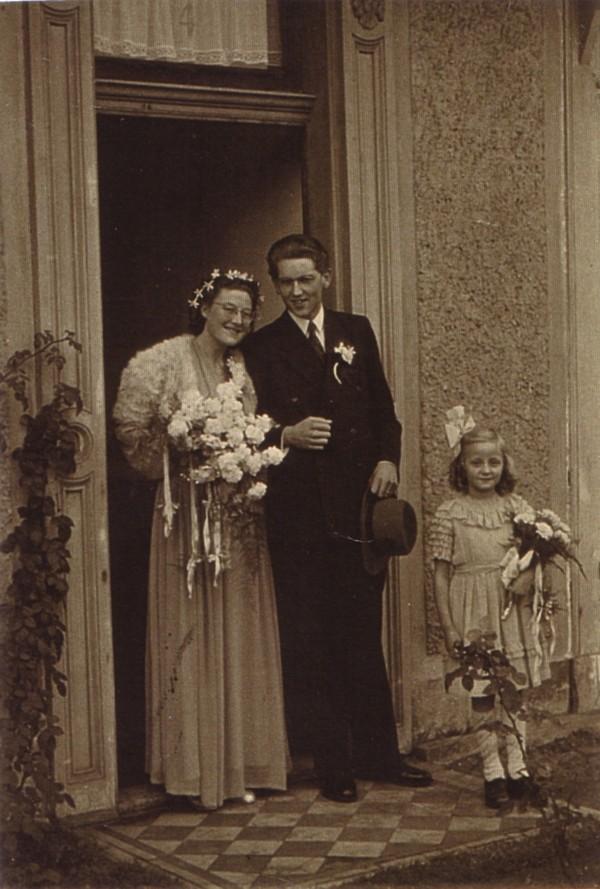 Bruidspaar Toos Looijenga en Jan de Roller met bruidsmeisje Teuntje Lankhorst