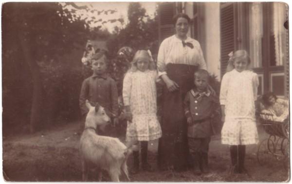 Teuntje Grootveld met haar kinderen Jan, Jean, Gerrit en Annie Lankhorst