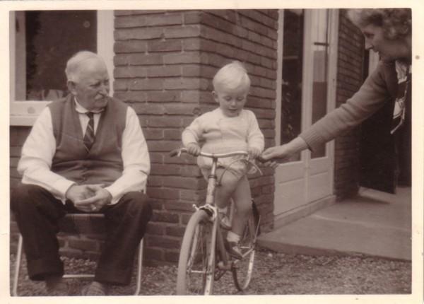 Albert van der Schagt met achterkleinzoon Hans Vermeij en dochter Alberta van der Schagt