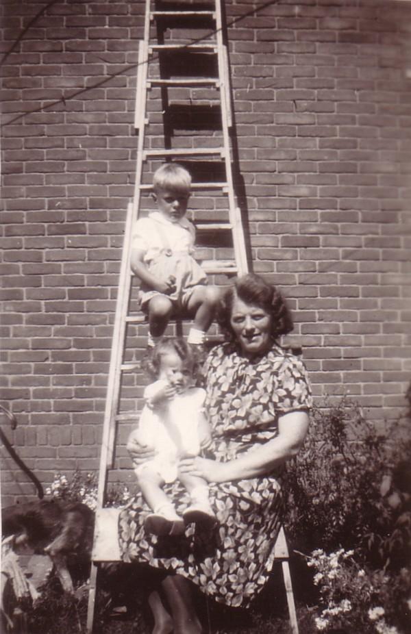 Feijtje Hornsveld met kleinkinderen Jan van Ginkel en Feike van Ginkel