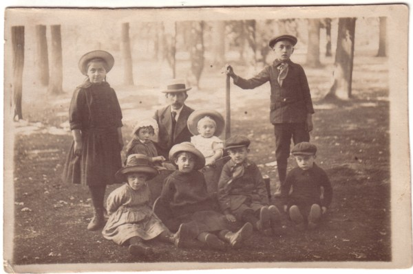 Foto  Johannes Breunesse met zijn 8 oudste kinderen
