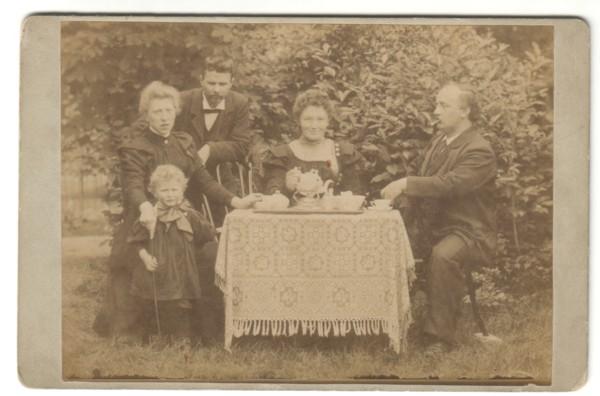Gezin Beuken / Van Dijk op de thee bij hoofdonderwijzer Becker