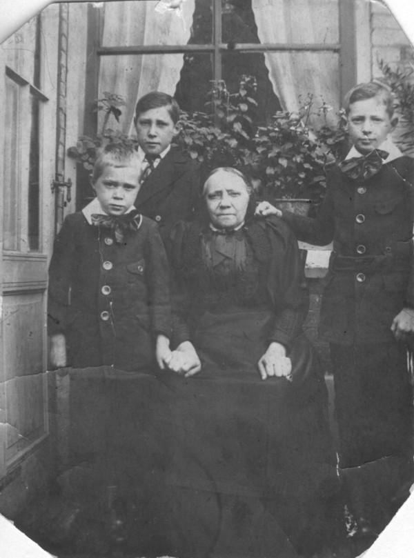 Jantje Everdina Onderstal met kleinkinderen Derksen