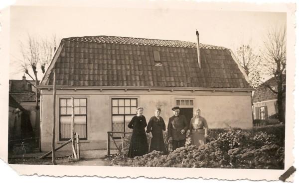 Jannetje, Barbara, Peter en Willemijntje van Oostrum Zandvoortweg hoek Acacialaan