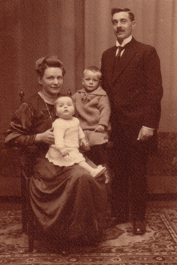 Foto  Maria Hendrika Hornsveld en Carel Gustaaf Werner met hun kinderen
