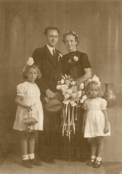 Gerrit van Nieuwenhuizen en Geurtje Bos trouwfoto met nichtjes Mien en Janny van Renes
