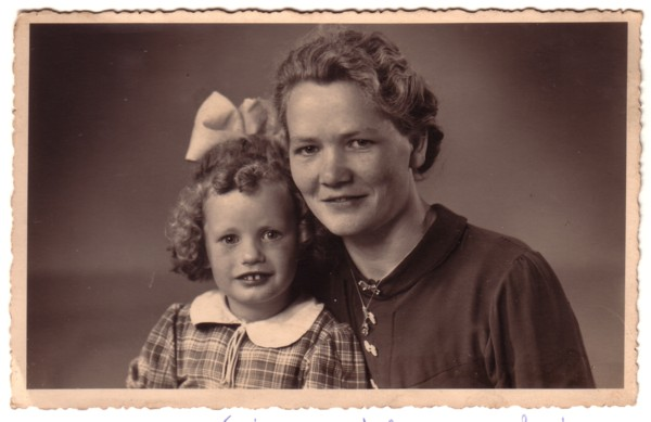 Foto  Gijsbertha Ravenhorst met dochter Wilhelmina Breunesse