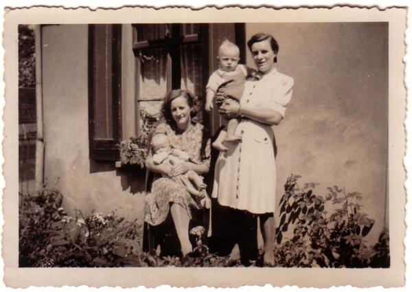 Wilhelmina Breunesse en Maagje Breunesse met zoons Mattheus Johannes Heesemans en Jan de Ruig