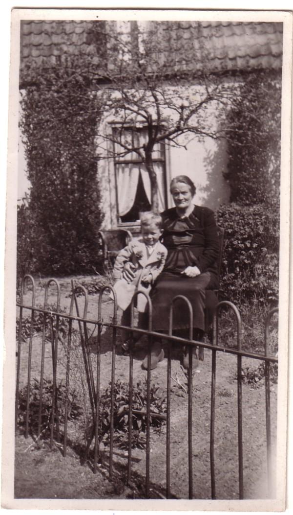 Wilhelmina van de Meent met kleinzoon Mattheus Johannes Heesemans