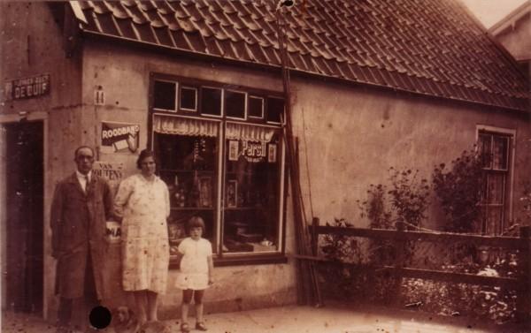 Wilhelmus van 't Wel, Jana Scholten en dochter Willy van 't Wel aan de Dijkweg