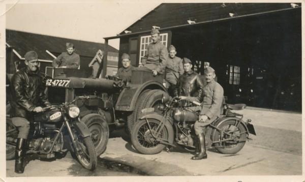 Cornelis Petrus Huigsloot op de motor in Soesterberg