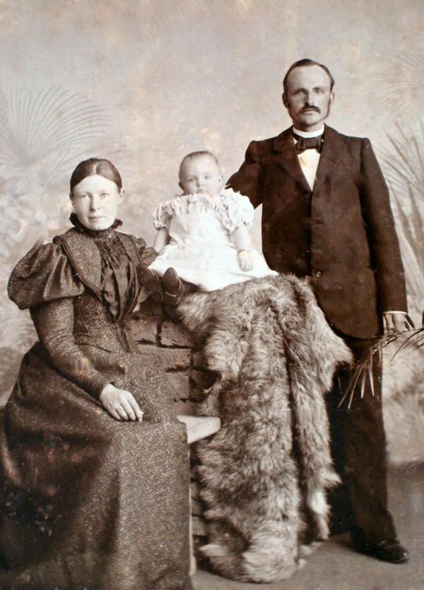 Hendrika Grasmaijer en Theuns Hornsveld met dochter Pietronella Hornsveld