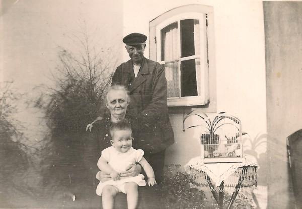 Cornelis Scherpenzeel en Emmetje Dorland met waarschijnlijk een kleinkind