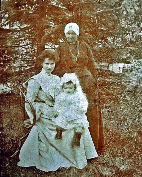 Gerritje Hilhorst met dochter Anna Martina de Zwart en moeder Wilhelmina de Bruin