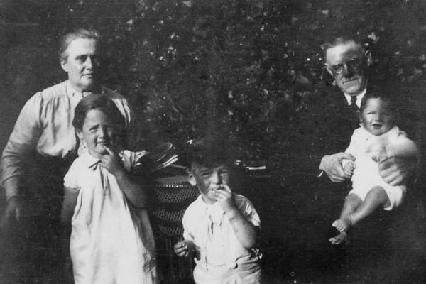 Willem Huisman en Alida Hoonhoud met kinderen of kleinkinderen