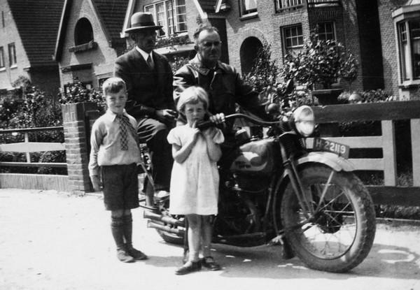 Foto  Dirk van der Ent op de motor?