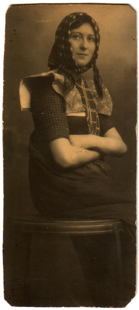 Foto  Johanna van den Broek in klederdracht