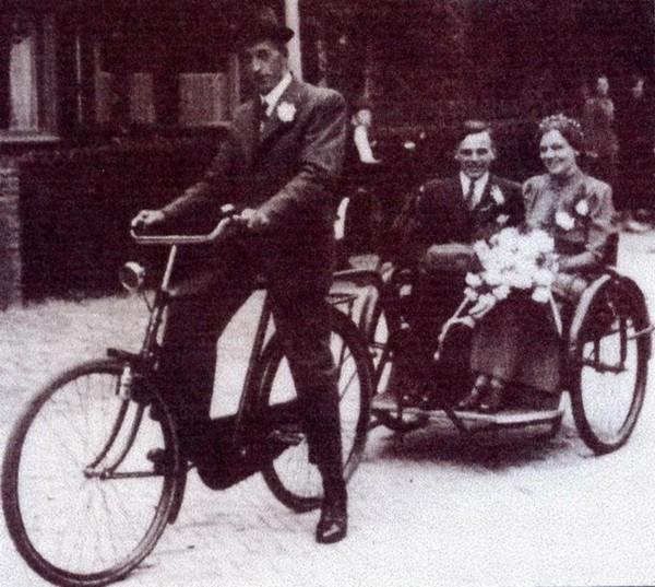 Johannes den Hartog met bruidspaar Klaas Hop en Henriëtte de Boer