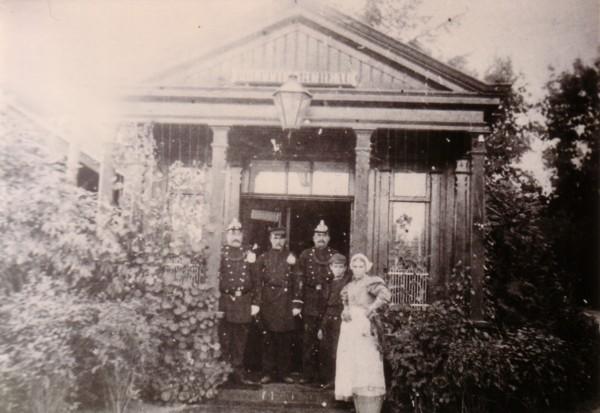 Foto  Politiebureau op het stationsplein Baarn