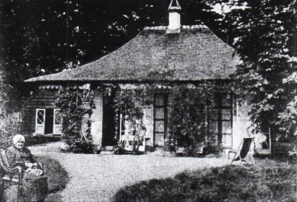 Maartje Oskam bij haar woning in de paleistuin Soestdijk