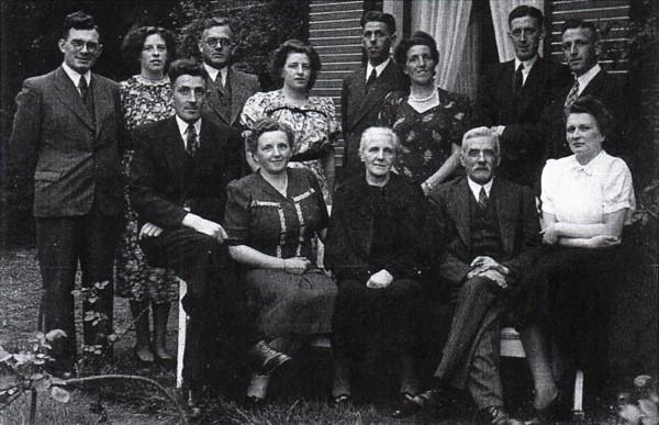Piet van Ommen en Pietje van Vliet met gezin en aangetrouwd
