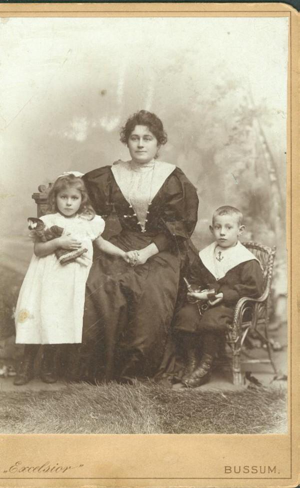 Hendrika Petronella Maria Smaling met Jan Huijgens en Hendrika Elisabeth Cornelia Gerardina Huijgens