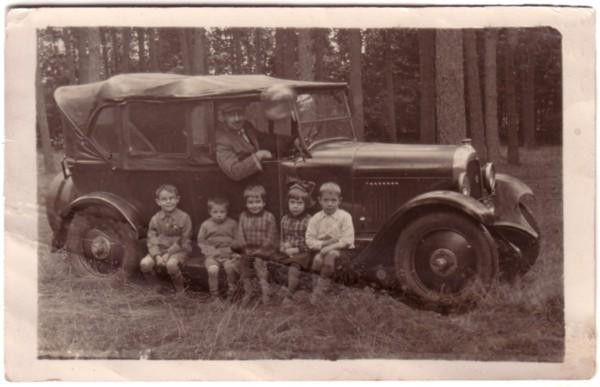 Foto  Gerardus Johannes Schmidt met kinderen in zijn 1e Ford