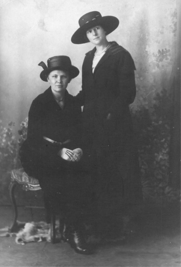 Hendrika Hornsveld en een vriendin