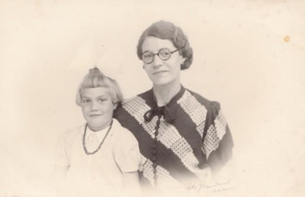 Foto  Dien Ravenhorst met haar moeder Willemina van Ginkel