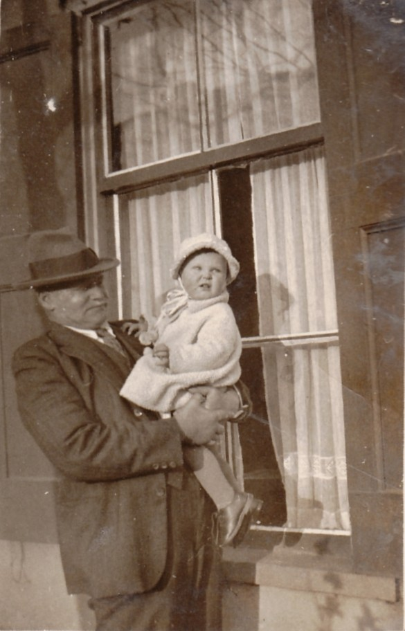 Nicolaas Hendrik Limper met kleinkind