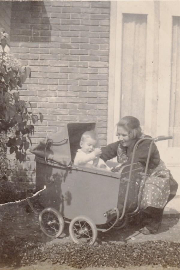 Everdina Ravenhorst met haar zoon Adrianus Pieter Jacobus Rademaker