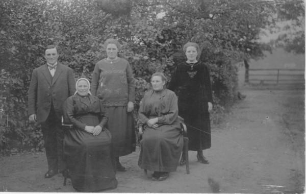 Foto  Johanna Maria van de Poll met 4 kinderen Dorresteijn