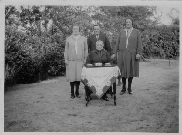 Johanna Maria van de Poll met 3 kinderen Dorresteijn