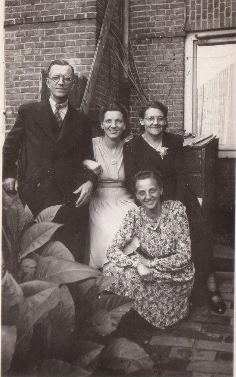Louis Ravenhorst en Johanna Hendrika Muller met dochters Anna Elisabeth en Gijsbertje