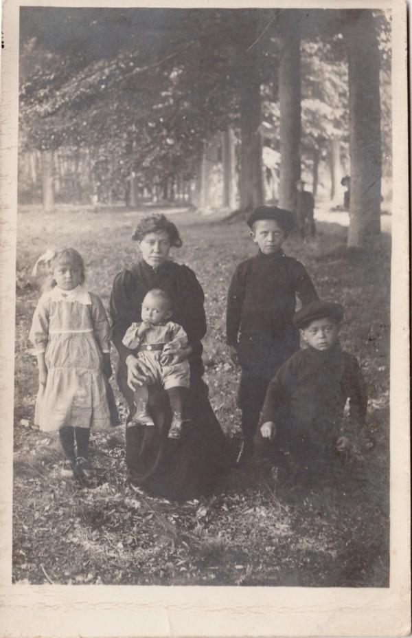 Foto  Willemijntje van de Kamp met haar kinderen