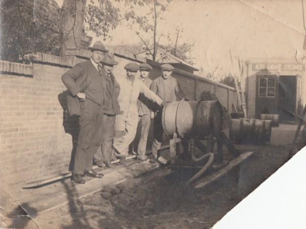 Anton Karel Eduard van de Meent bij autogarage Stegwee