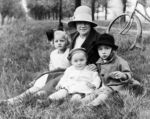 Geertruida Breunesse en Annie, Desirée en Hendrik Hornsveld