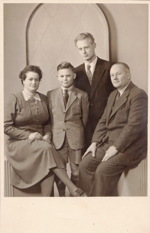 Hendrika Limper en Karel Bieshaar met kinderen Nico en Piet.