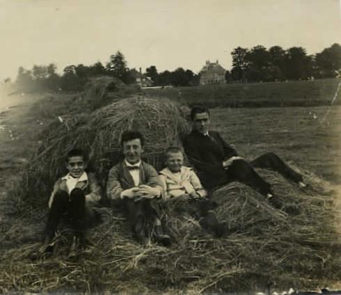 Herman Wouterus Hilhorst met 3 jongens in een hooiberg
