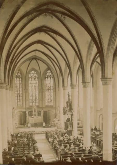 Interieur R.K. Nicolaaskerk aan de Kerkstraat in Baarn