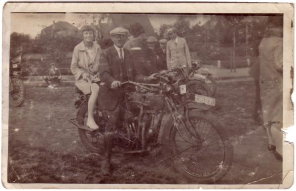 Jannetje van Oostveen en Klaas Evert Dirk van Oostveen op de motor