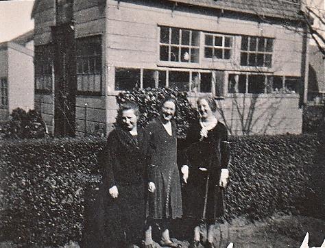 Elisabeth Margaretha Maria Elzendoorn met dochters Wies of Margo en rechts Coba van Klaarwater